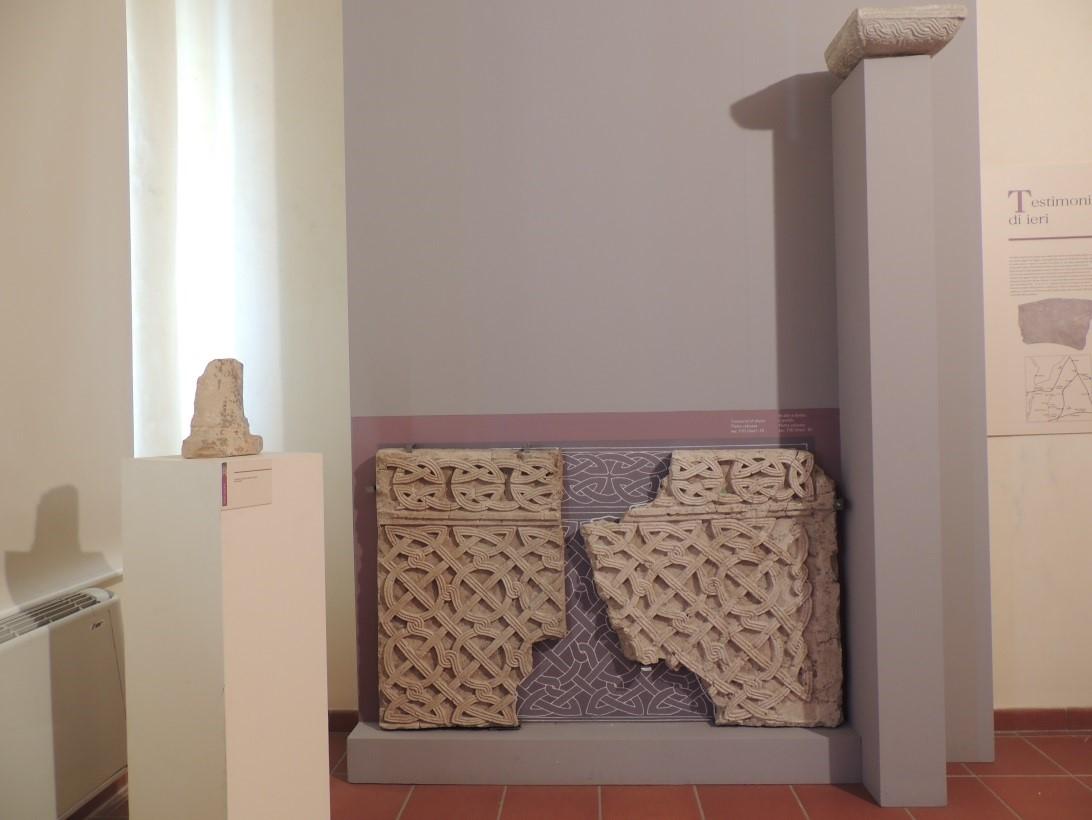 elemento lapideo con decorazione ad intreccio vimineo